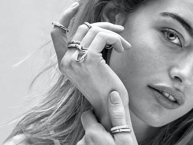 Bild på en kvinna med olika ringar från Ole Lynggaard.