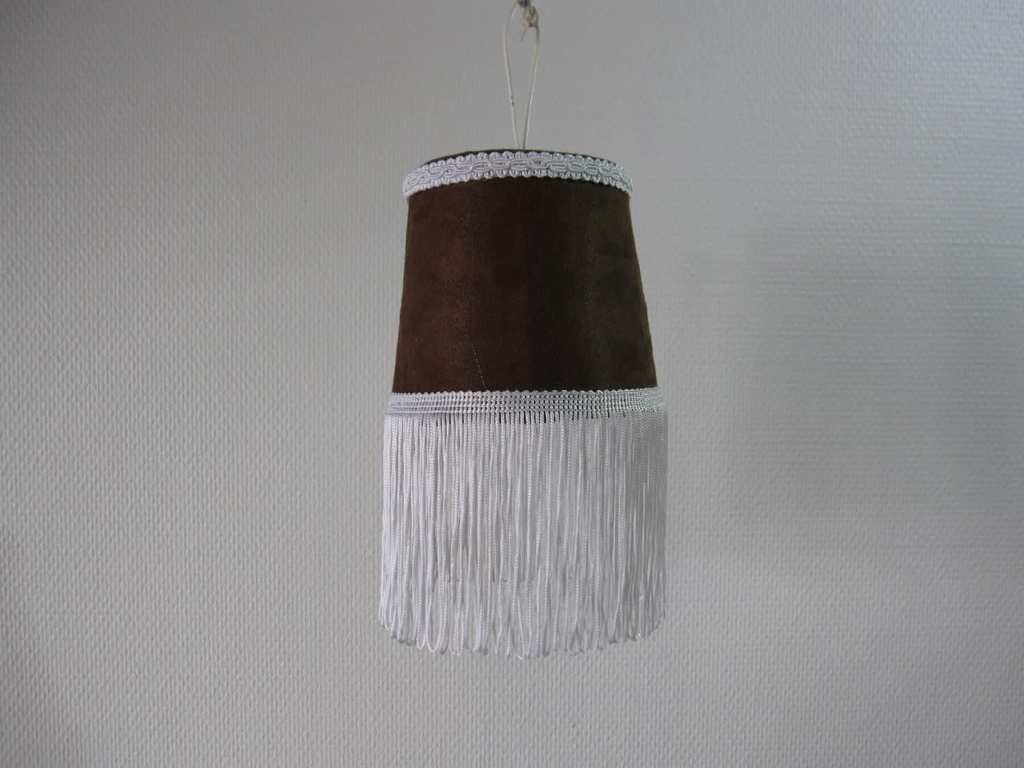 Alm. lampe i brun nuance med lang fryns