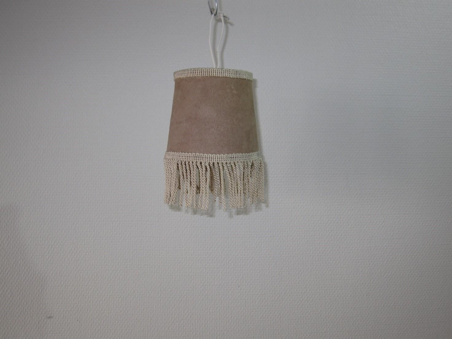 Alm. lampe i brun nuance med kort fryns