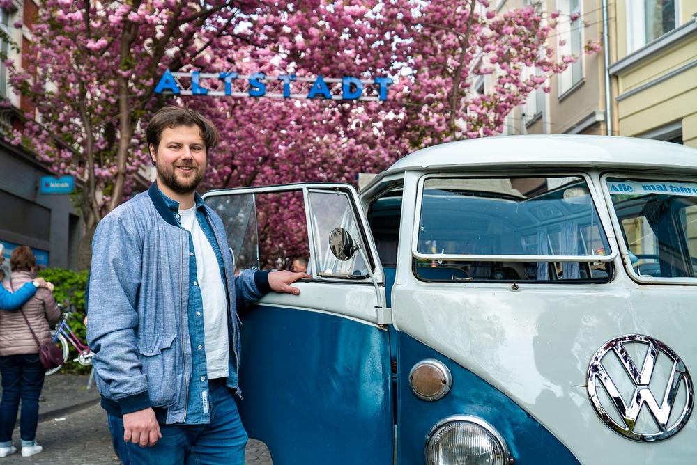 Daniel Friesen vor Bus.