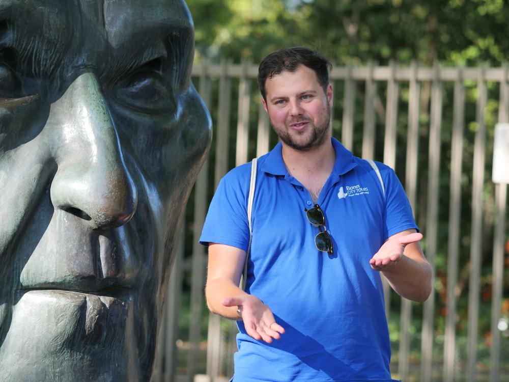 Daniel Friesen vor dem Beethoven Denkmal