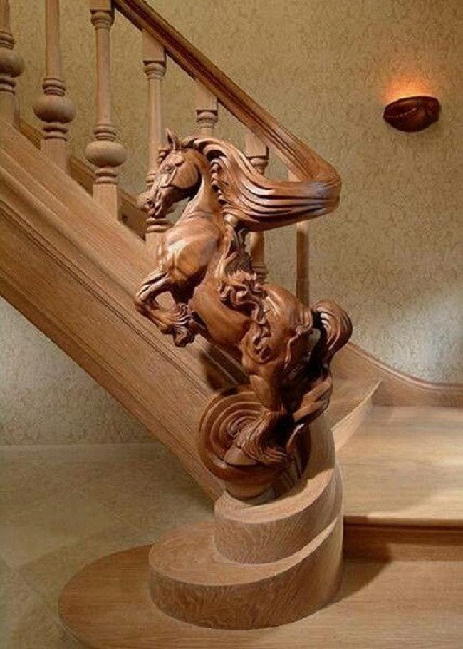 trụ cầu thang gỗ hình ngựa