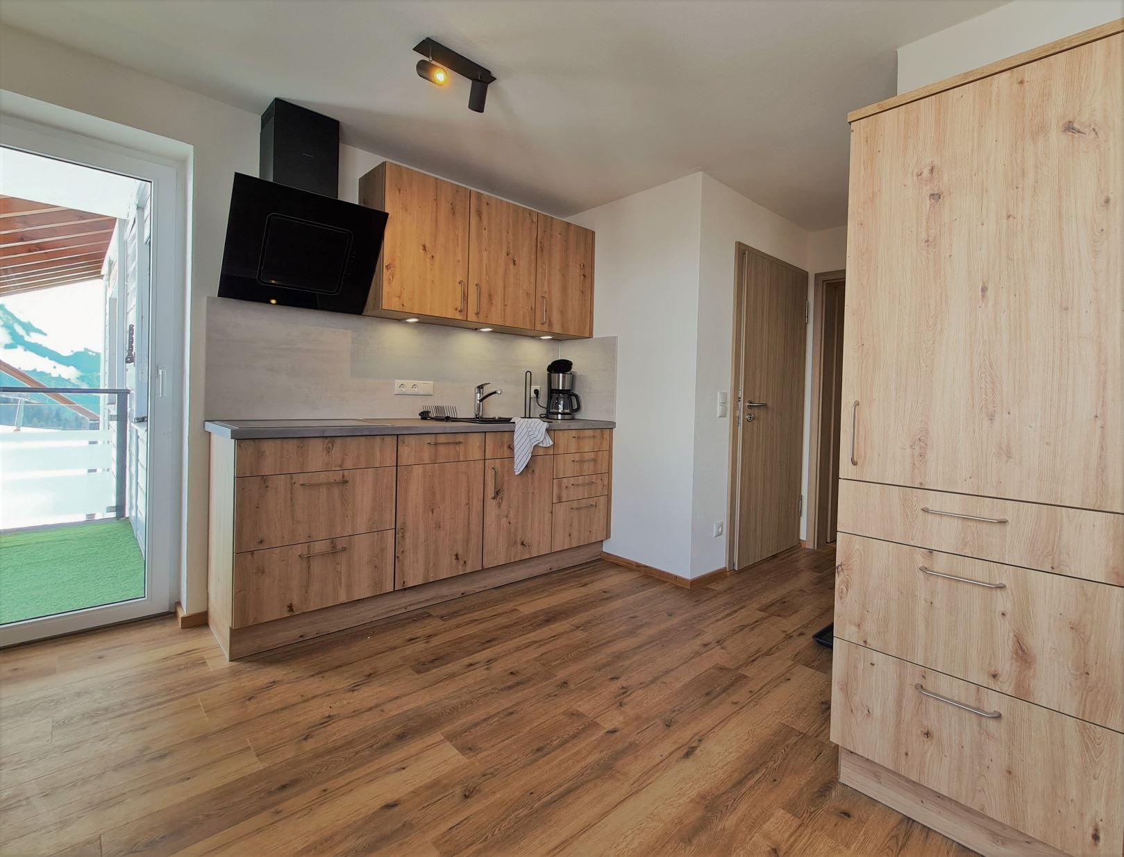 Gemütliches Appartement mit Schlafbereich mit einem Doppelbett sowie einer Küche mit Essecke. Hier hast Du einen Südbalkon mit Blick auf den Hausberg Iseler. Das gesamte Appartement inkl. Bad mit Dusche und WC wurde 2020 komplett neu gebaut. Der Preis bezieht sich auf eine Belegung mit 2 Erwachsenen in der Sommer Nebensaison.