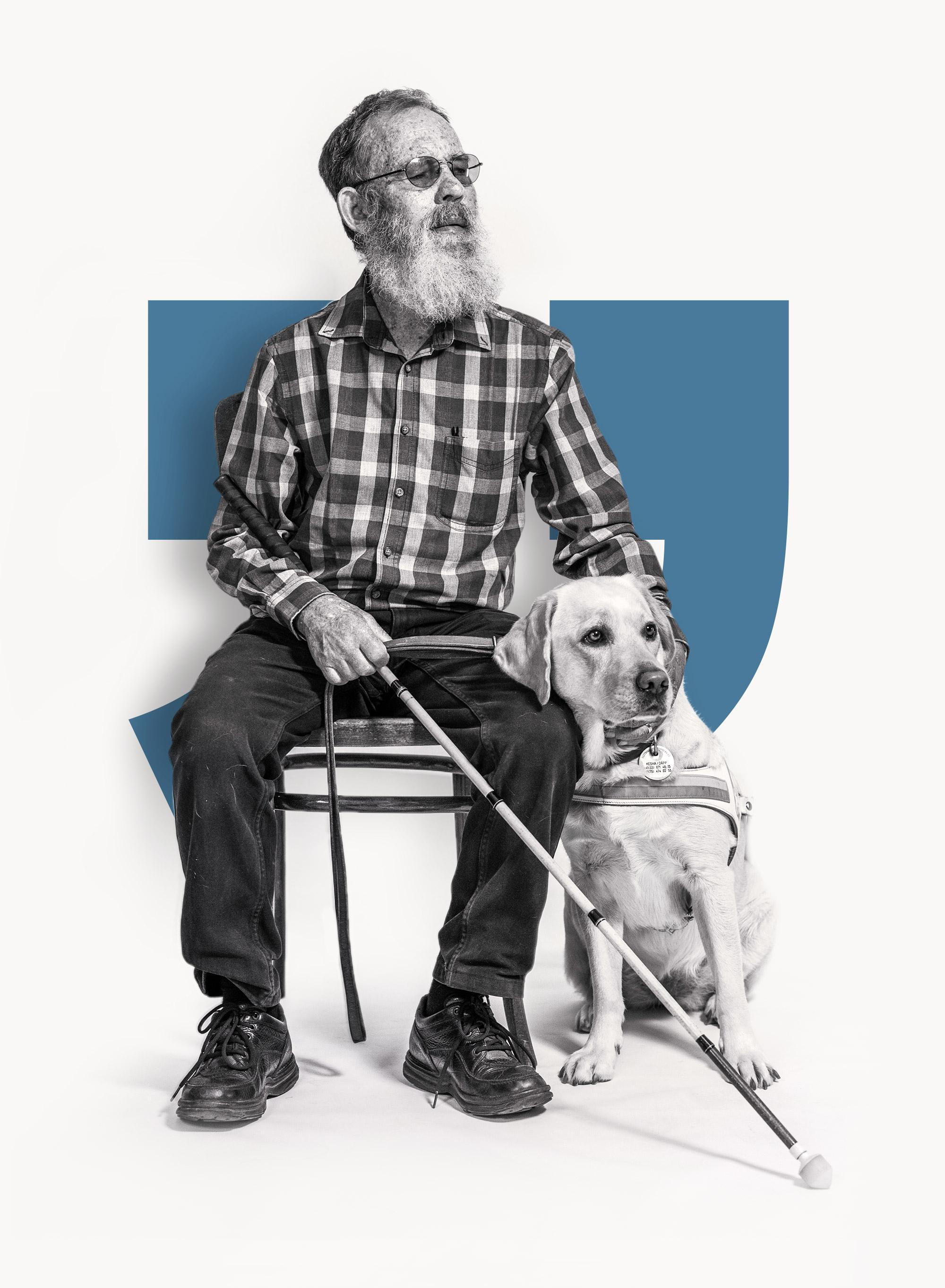Blinder Mann der auf einem Stuhl sitzt und seinen Blindenführhund streichelt