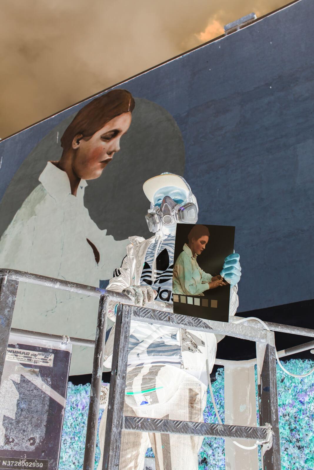 Negatyw zdjęcia autora muralu Jadwigi Szopieraj na jego tle