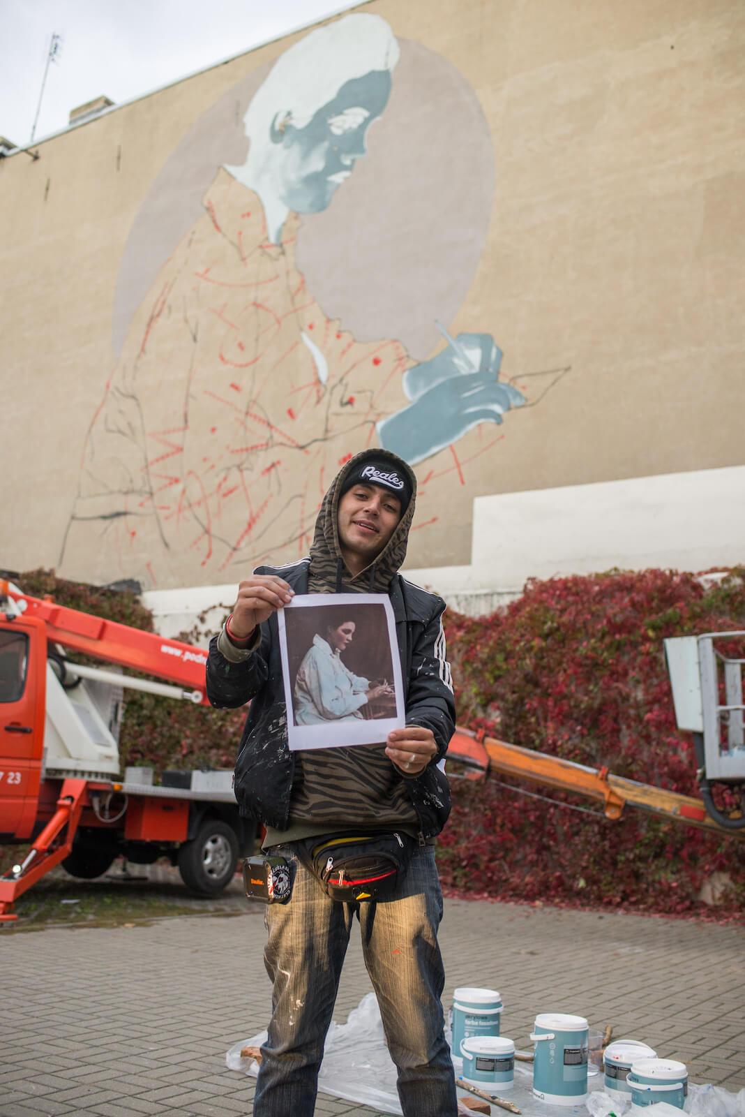 Zdjęcie autora muralu Jadwigi Szopieraj na jego tle