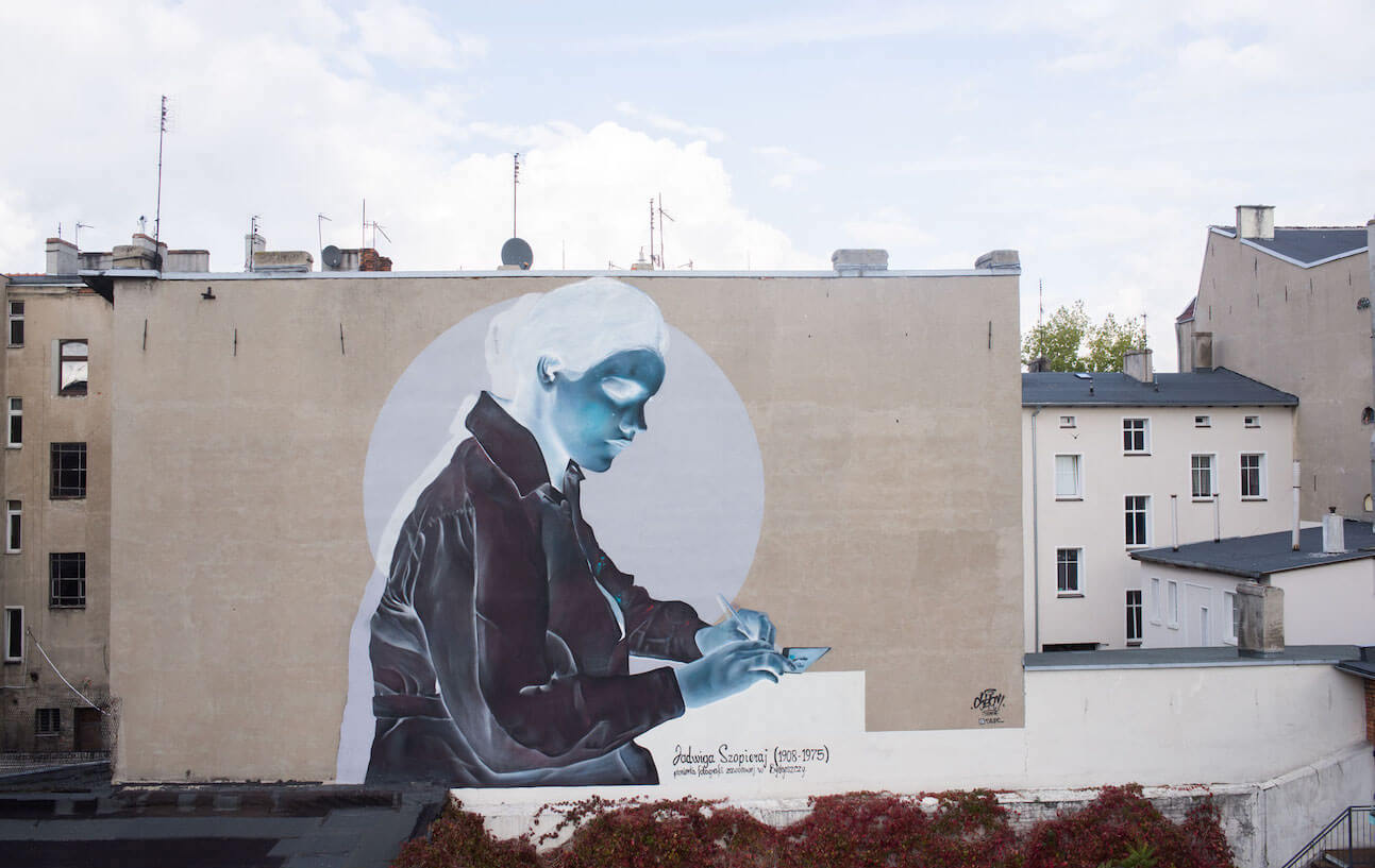 Mural Jadwigi Szopieraj z dystansu w oryginale i negatywie