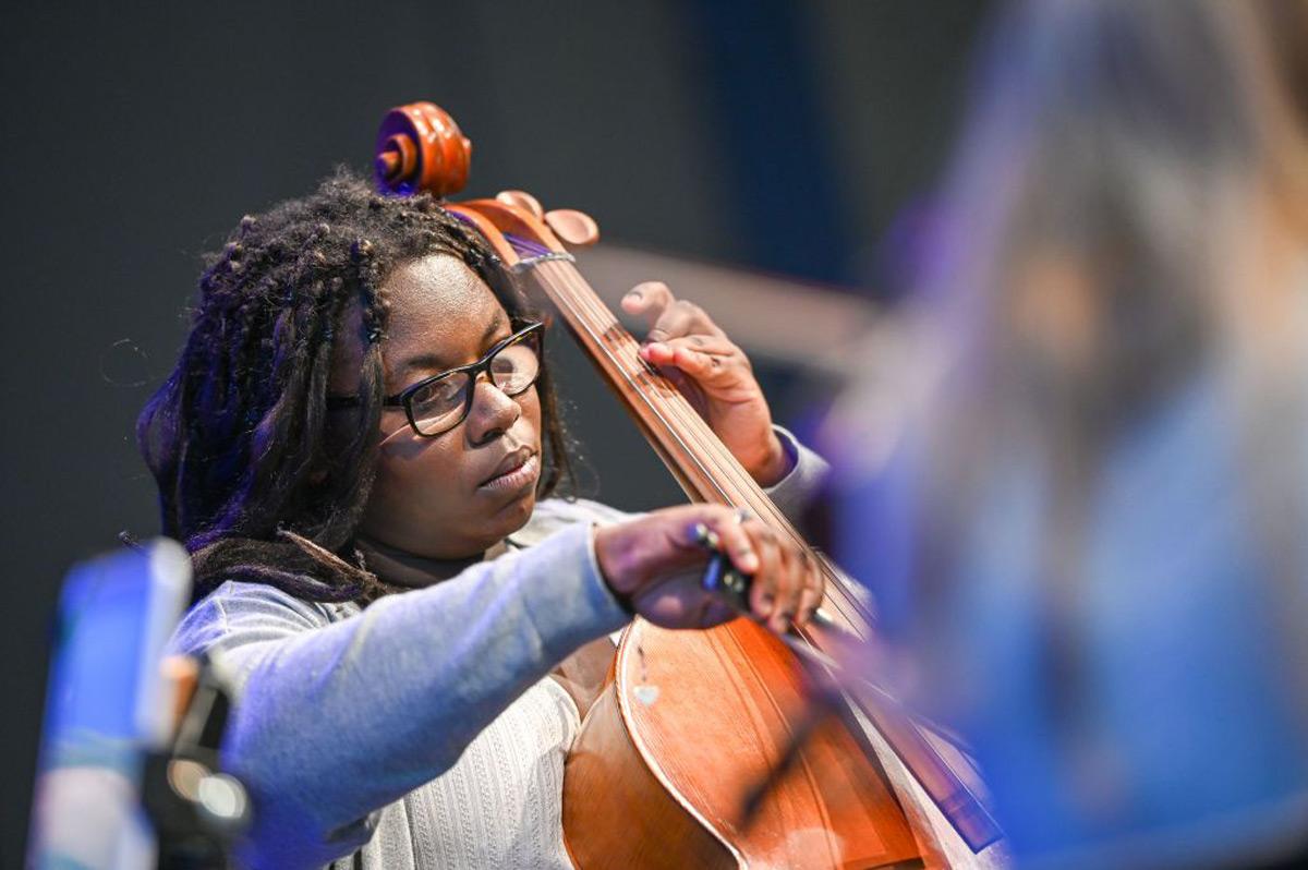 Aufnahme der Cellistin während eines Auftritts