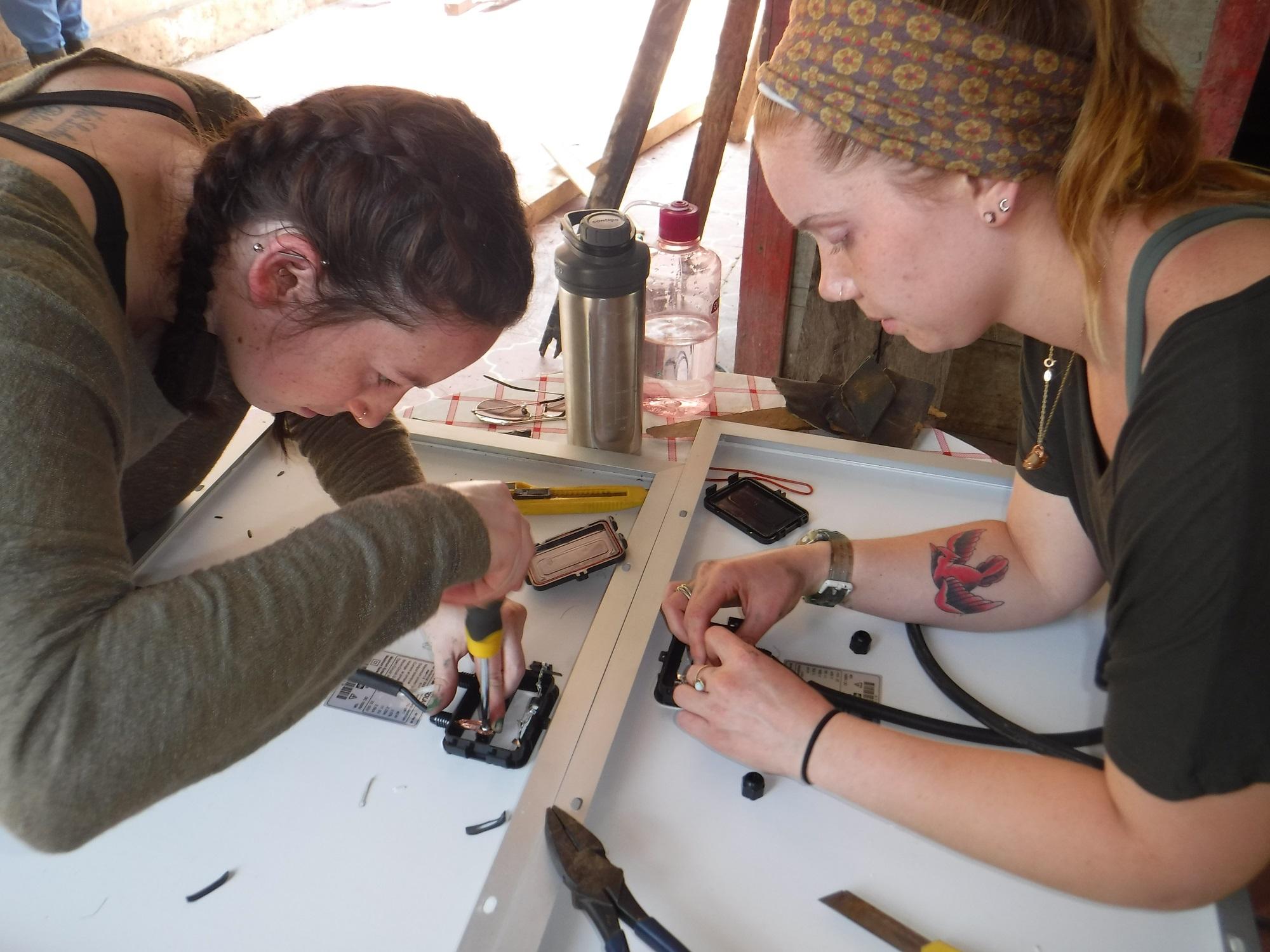 voluntarios de todo el mundo nos ayudan a instalar tecnología sostenible