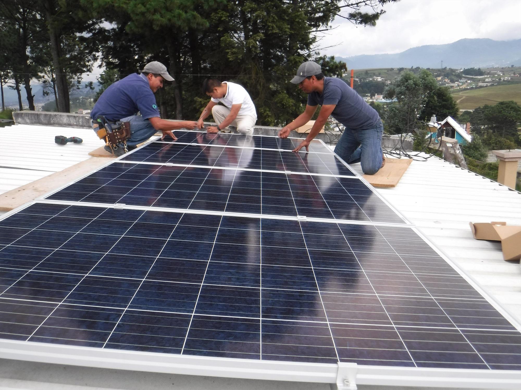 Nuestro equipo instala paneles solares