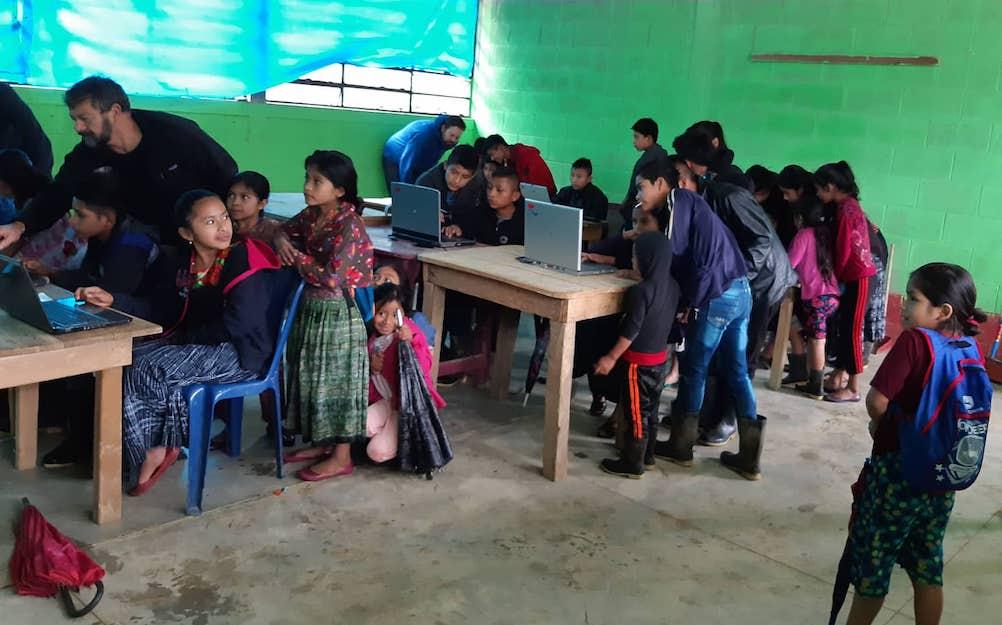 Enseñamos a los niños en escuelas que funcionan con energía solar