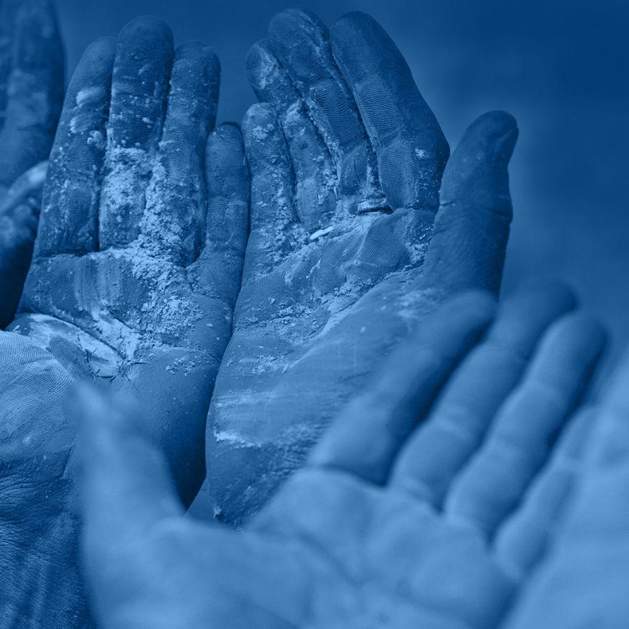Hände mit Handfläche nach oben geöffnet