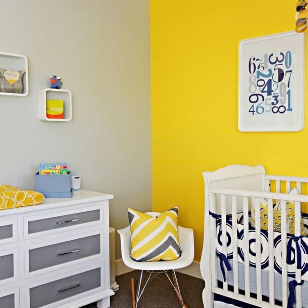 Mur jaune dans une chambre