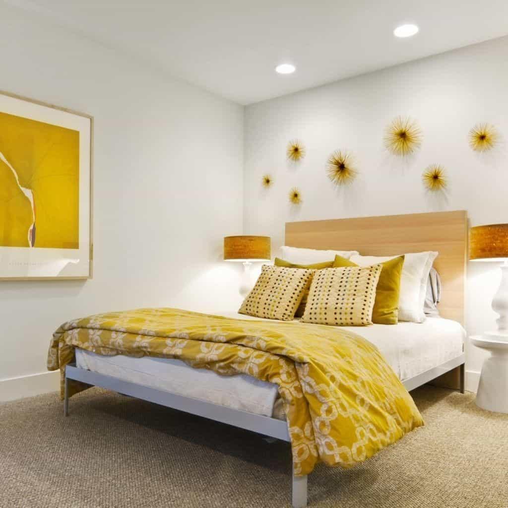 Housse de couette Jaune dans une chambre avec tableau jaune au mur