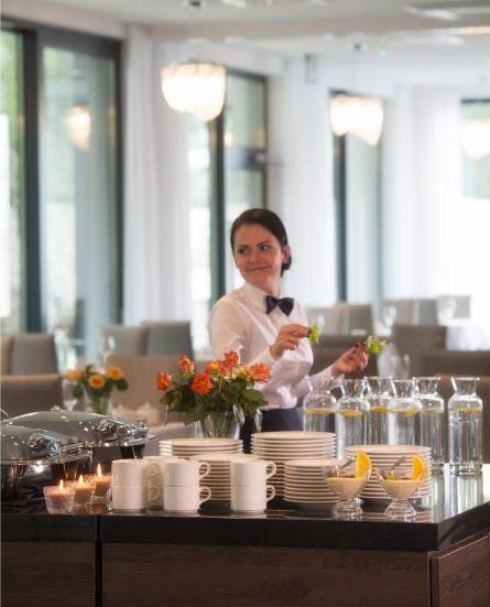 Zdjęcie jadalni - kelnerka z tacą