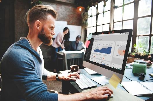 Webdesign und SEO Analyse am Computer
