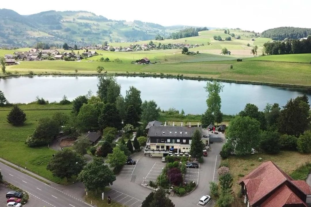 Grizzlybär Country Inn Längenbühl from above with view of the Dittligsee