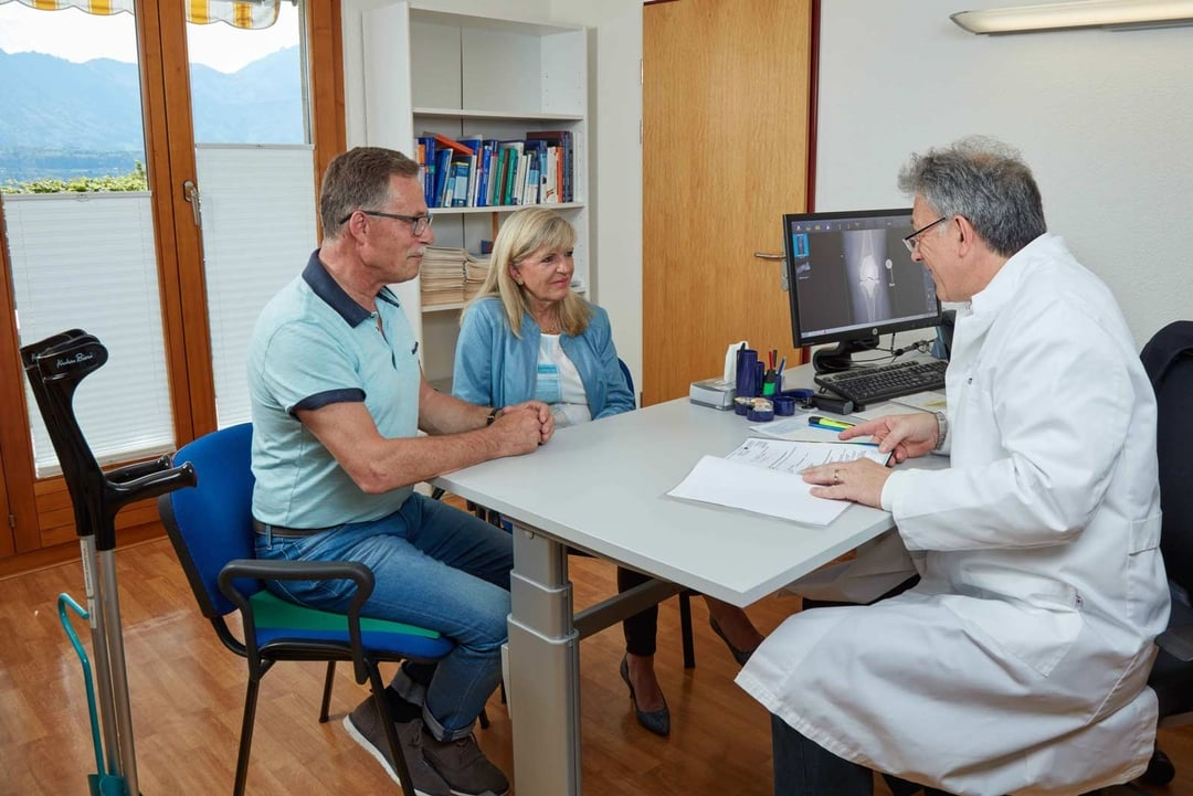 Arzt berät Rehabilitations-Patienten