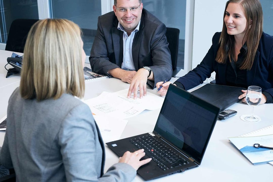 Geschäftsführung am Tisch im Gespräch