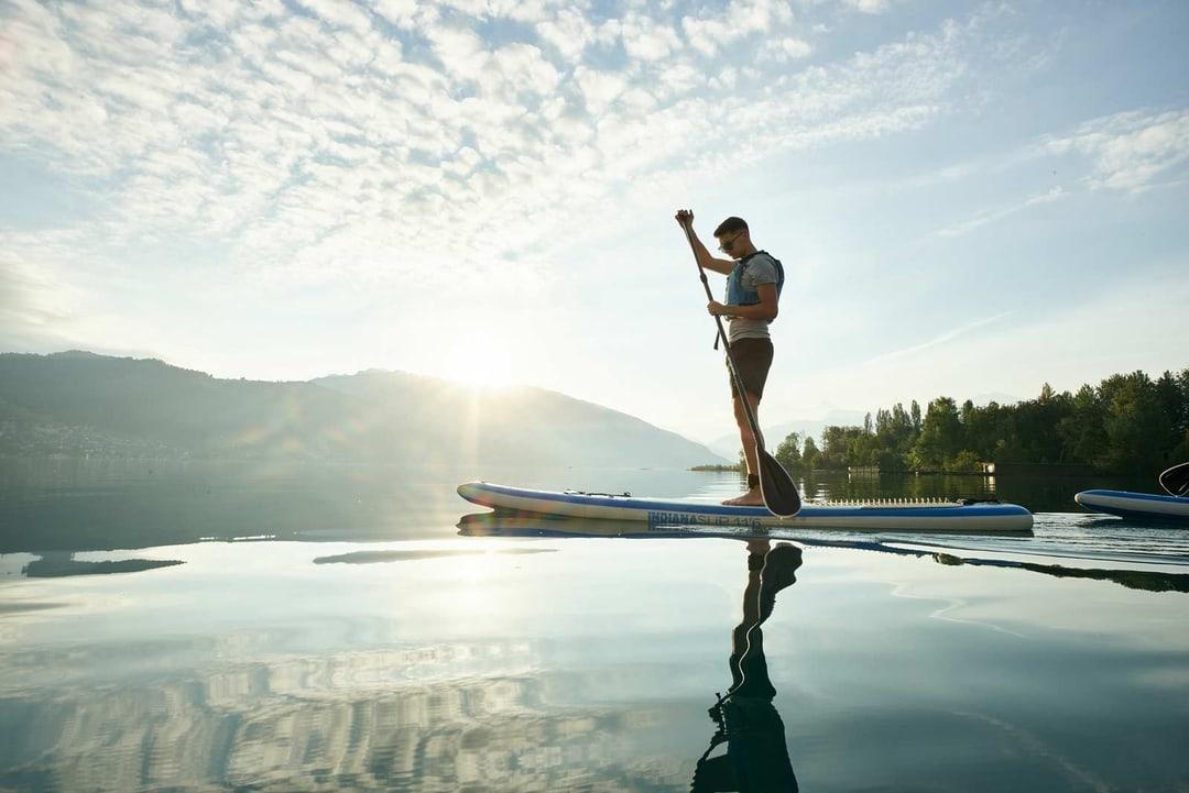 Mann auf Stand Up Paddle auf dem Thunersee