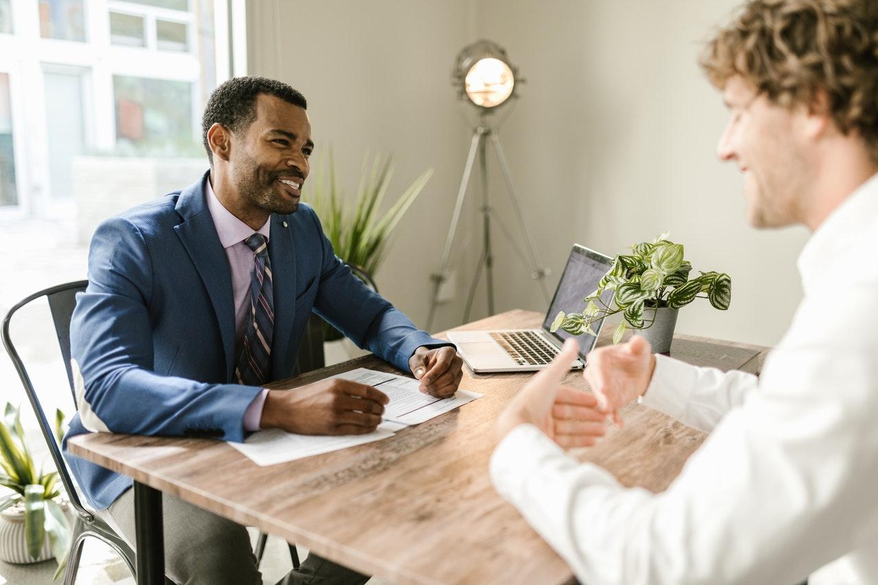 Corretores de imóveis frequentemente se questionam se podem ou não atuar como profissionais MEI. Será que isso é possível ou a profissão não se enquadra nessa opção? Confira tudo o que precisa saber clicando no artigo.