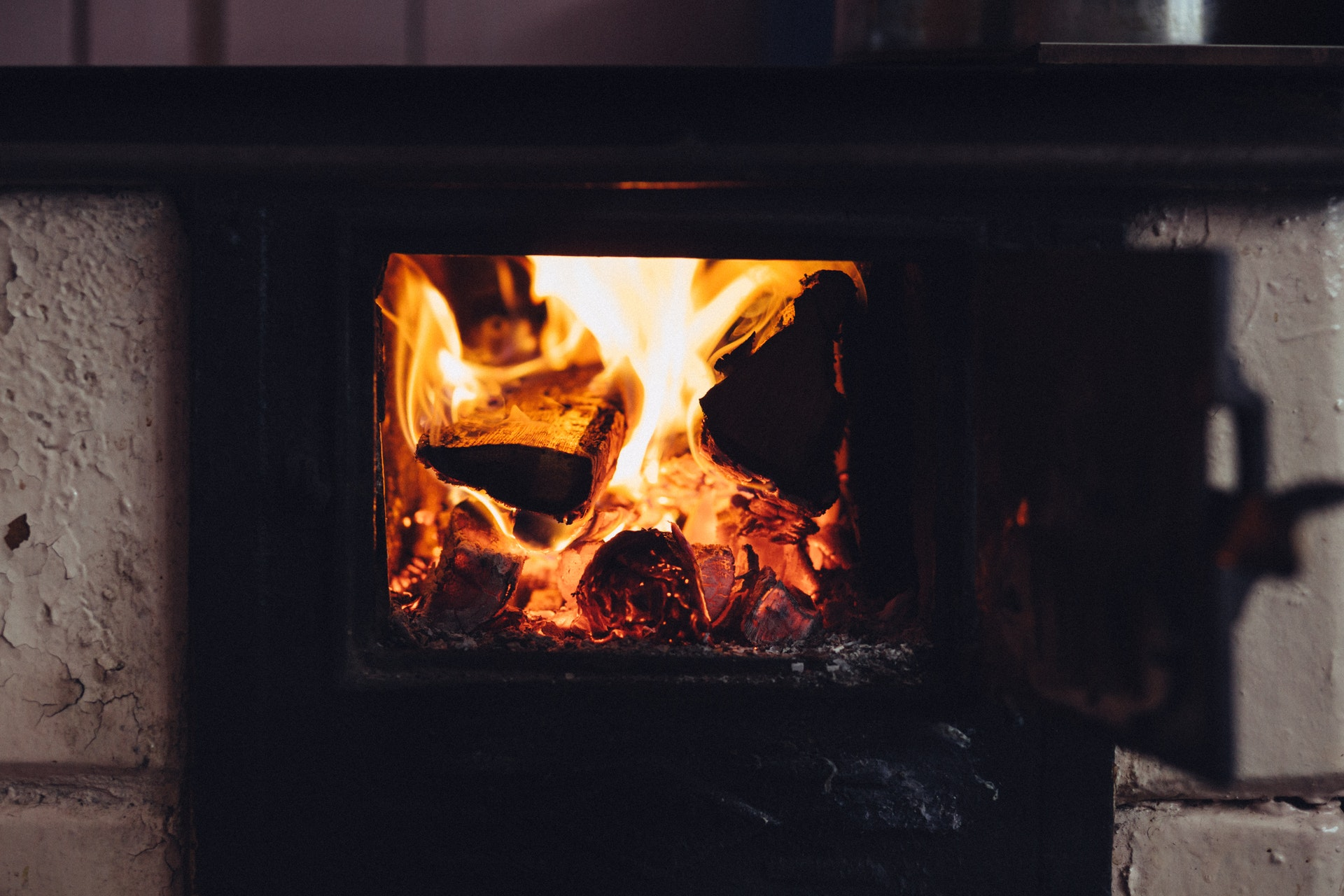 Brændende ild i pejs
