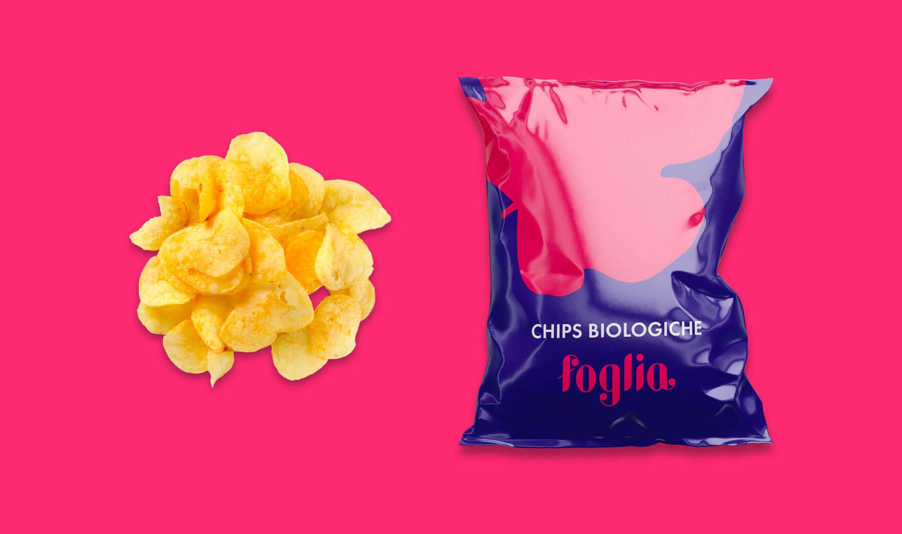 sulla destra packaging viola di una confezione di chips biologiche con logo e brand identity di foglia, sulla sinistra chips scioltie su sfondo fucsia