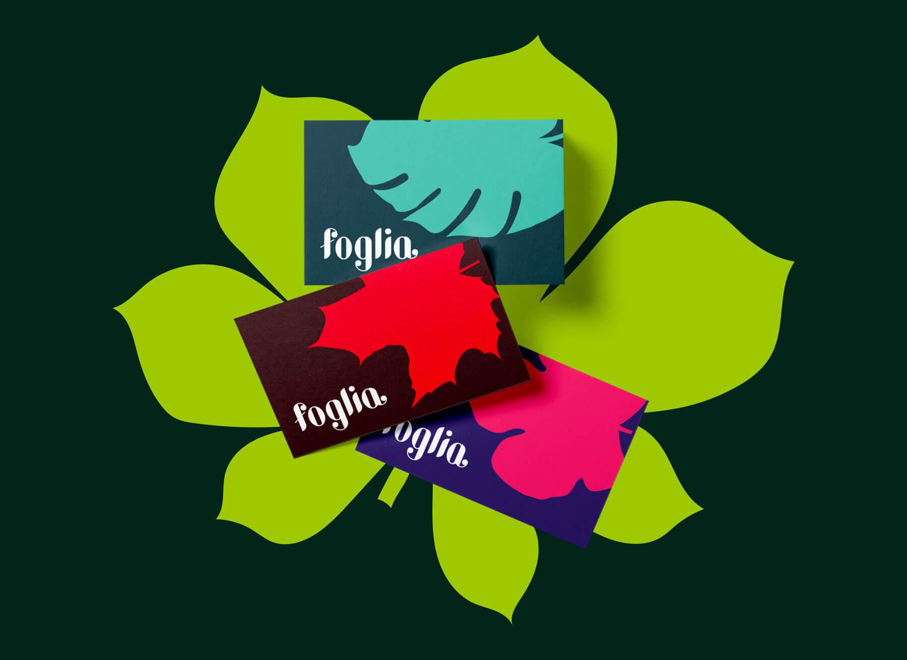 tre biglietti da visita diversi con il logo e la brand identity design di Foglia di colore blu, rosso e viola su sfondo verde scuro