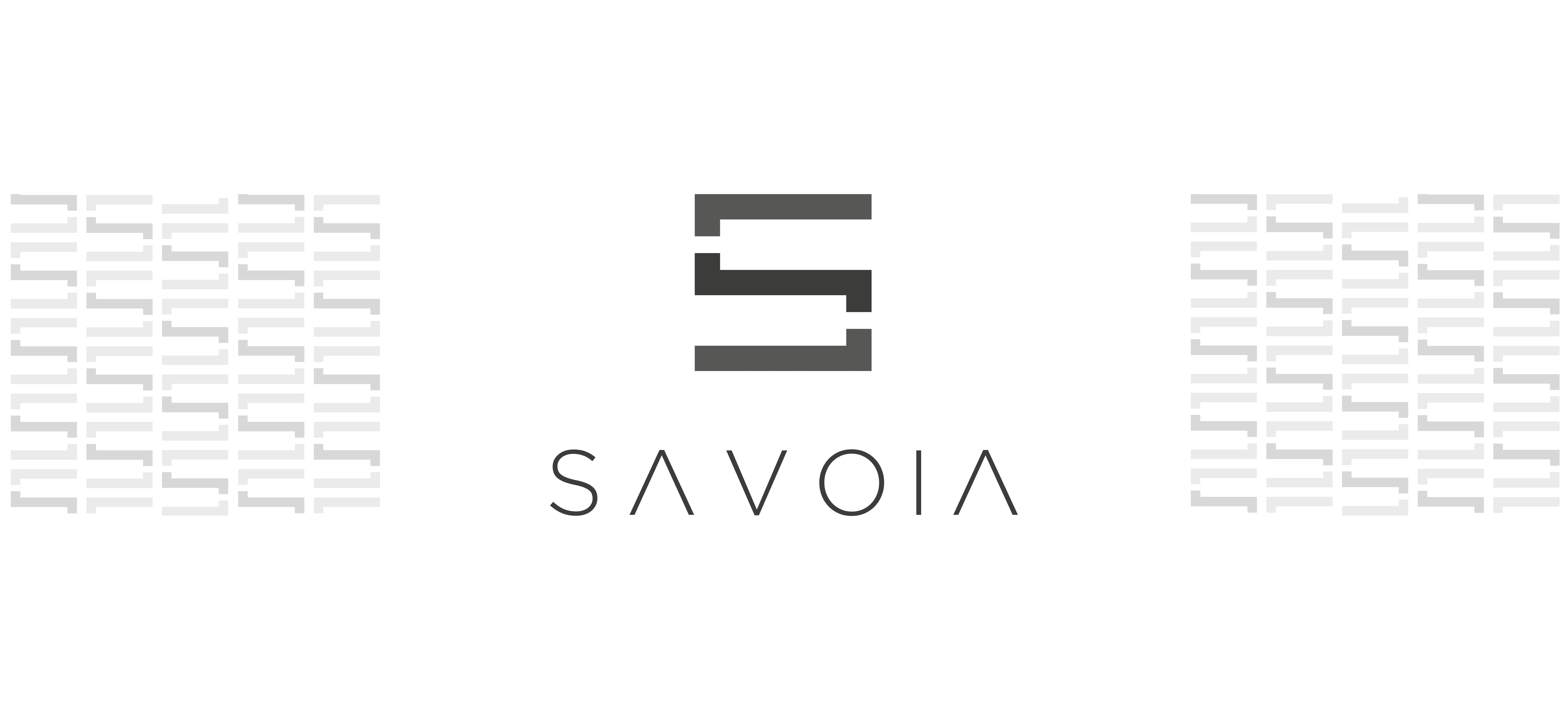 logo del brand savoia di colore grigio su sfondo bianco con ai lati il pattern della brand identity design