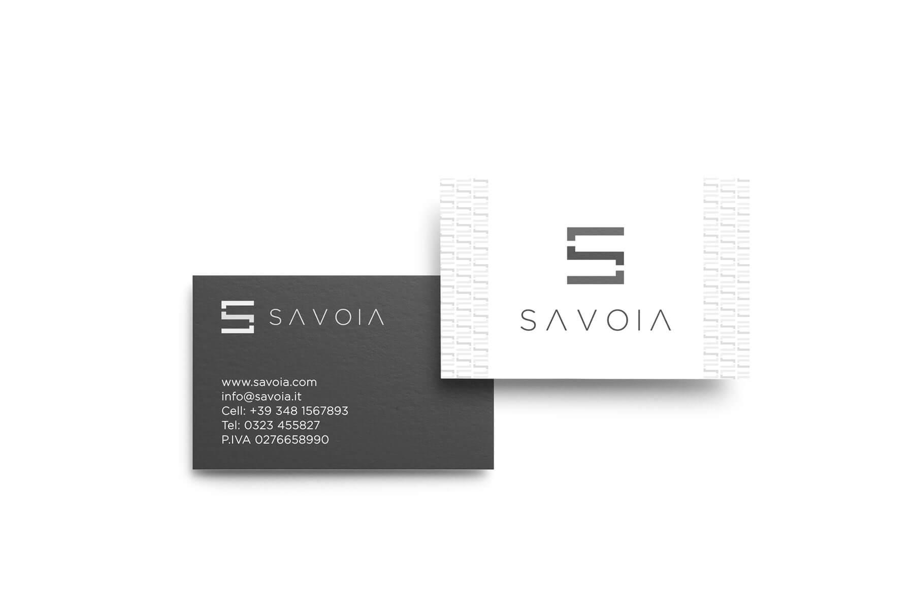 due biglietti da visita con logo e brand identity design di savoia fronte e retro su sfondo bianco. il fronte è di colore bianco e il retro è di colore grigio scuro