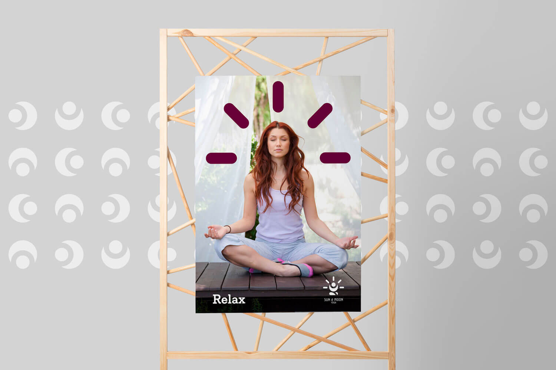 poster del brand Sun & Moon Yoga con una foto di una ragazza dai capelli rossi che fa yoga su sfondo grigio chiaro