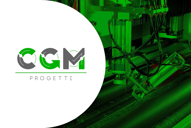 sulla sinistra logo CGM Progetti verde e grigio su sfondo bianco e sulla destra macchina per il taglio del pannello pre-isolato con filtro verde