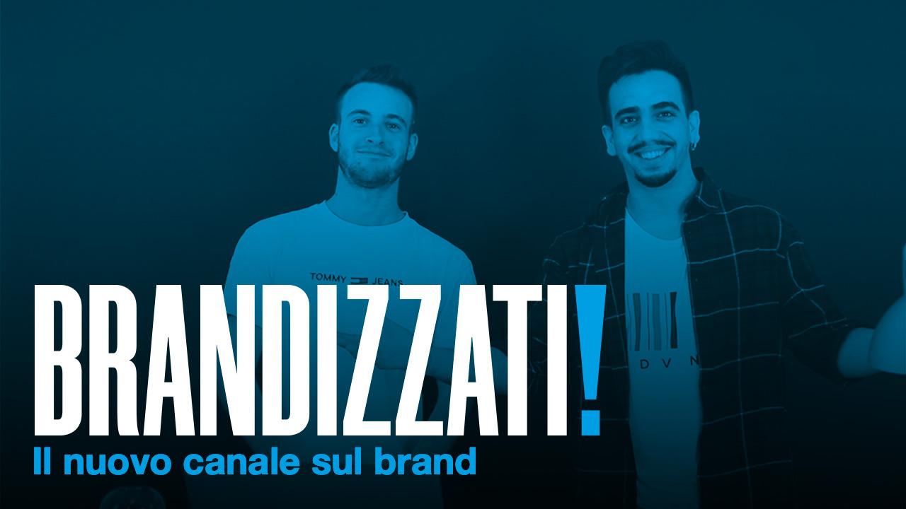 BRANDIZZATI scritto in bianco con punto esclamativo blu avente come sfondo una foto di due ragazzi con filtro blu