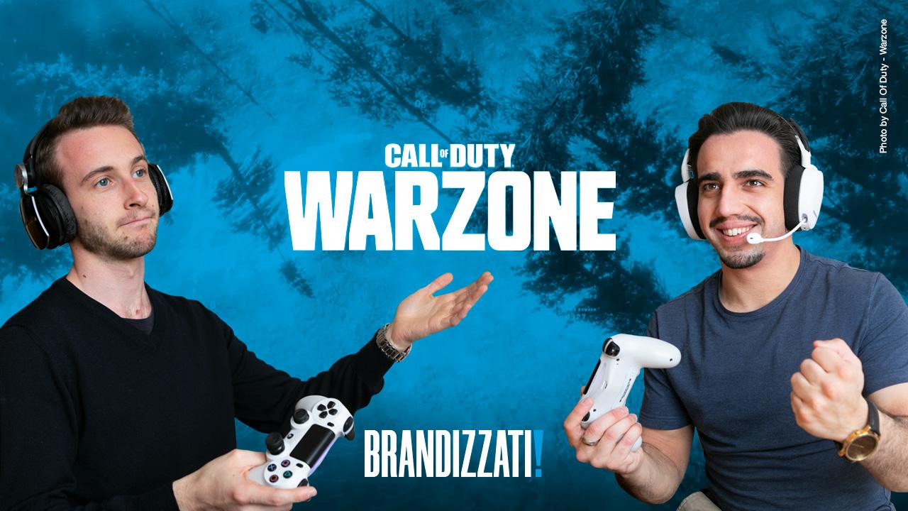 due ragazzi che giocano alla playstation su sfondo blu e con al centro il colo di Call of Duty warzone