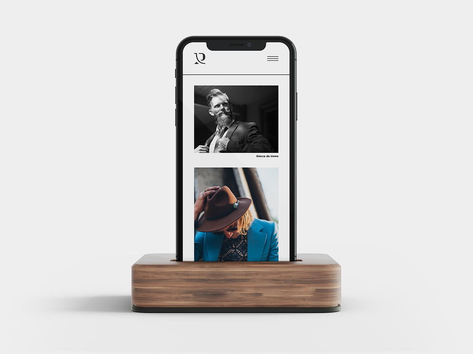 iPhone X che mostra il sito web di Raffaele Romani. Lo smartphone è su un supporto di legno e su sfondo bianco