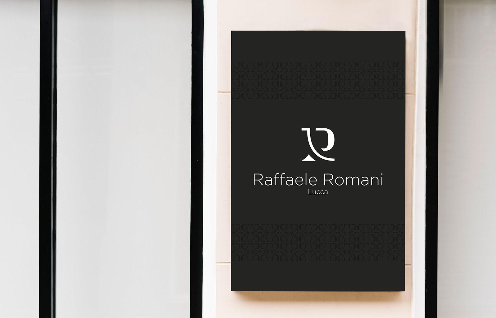 Insegna nera con al centro il logo di Raffaele Romani in bianco