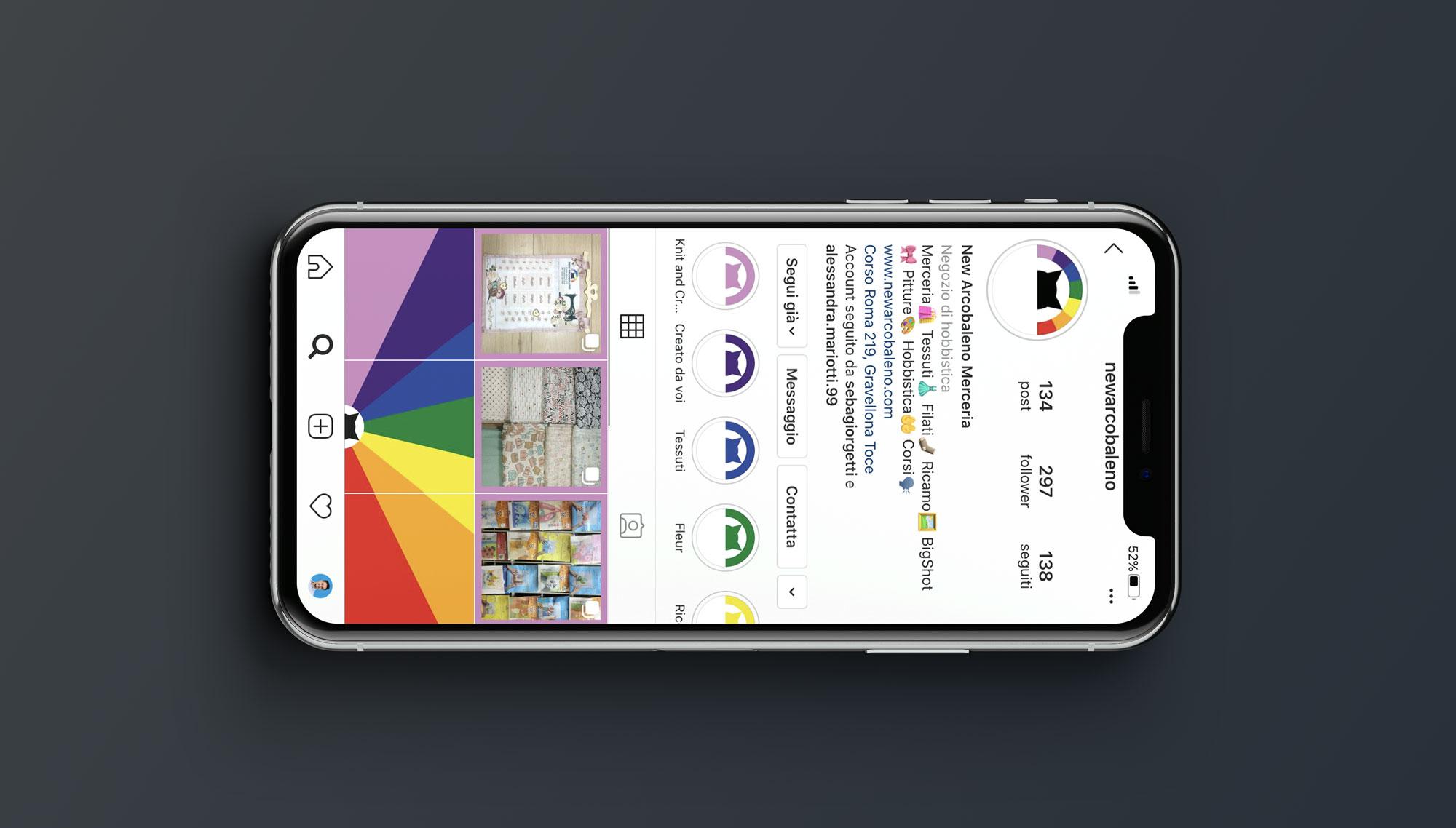 IPhone X con sullo schermo la pagina Instagram della merceria New Arcobaleno con la nuova brand identity