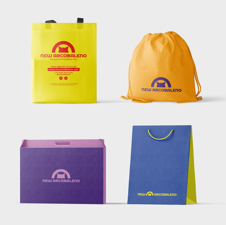 Quattro differenti borse con la brandi identity e differenti colori della merceria new Arcobaleno