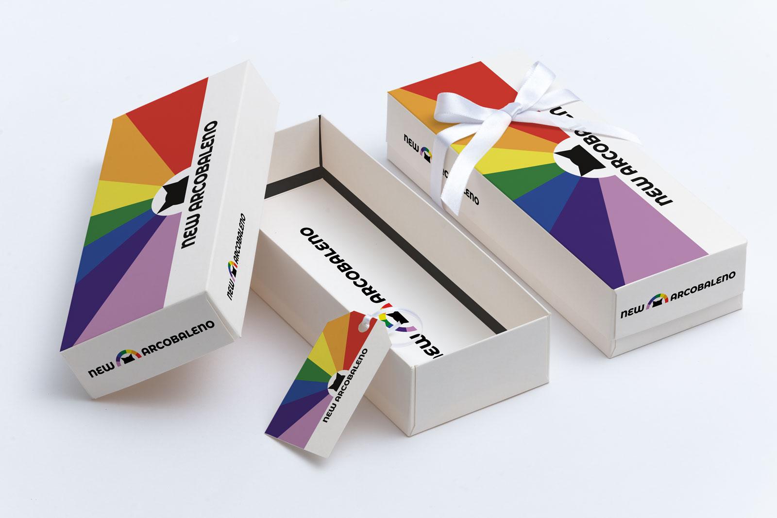 Due scatole bianche con stampata la brand identity e il logo di New Arcobaleno