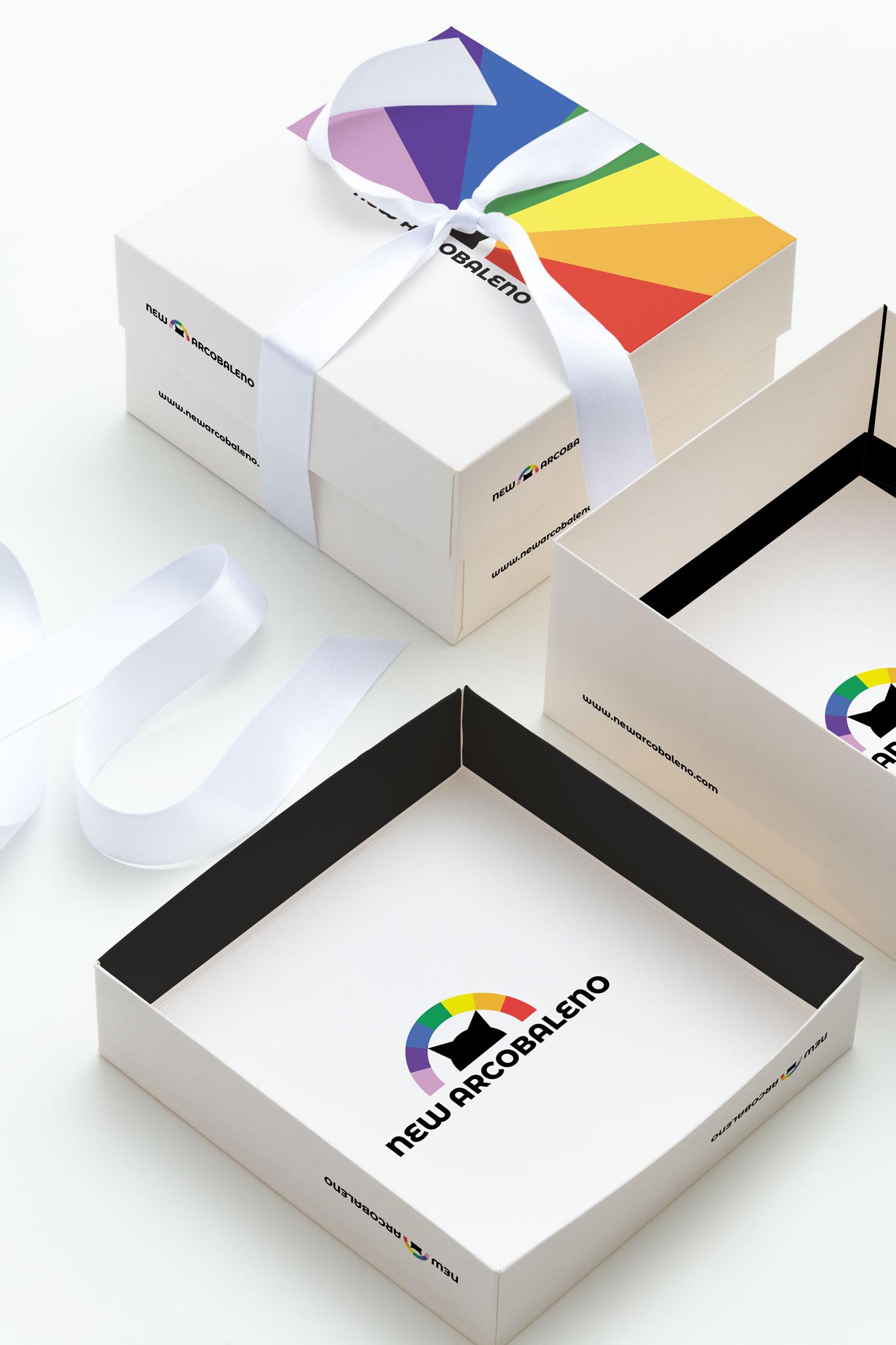 Dettaglio su due scatole quadrate bianche con stampata la brand identity e il logo di New Arcobaleno