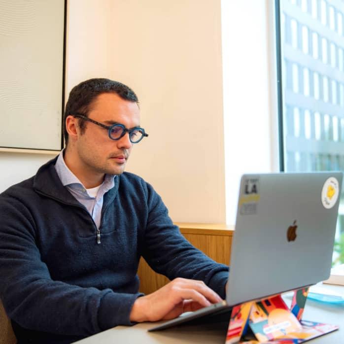 Victor De Coster op kantoor