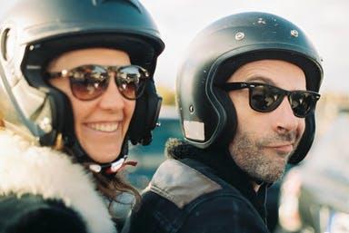 Couple-clients-homme-femme-deux-roues-motards-moto-scooter-urbain-ville
