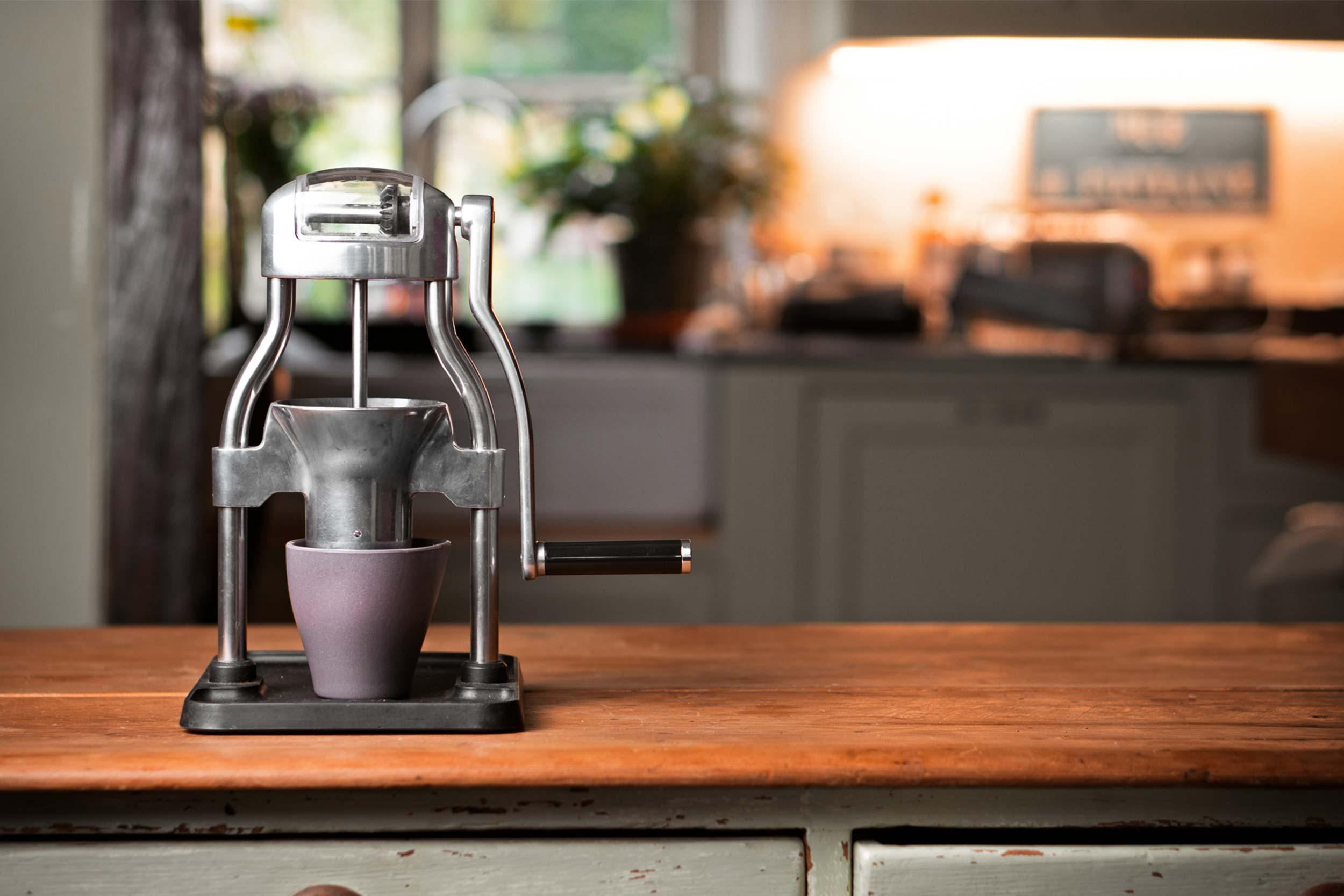 ROK Grinder GC auf Küchentheke