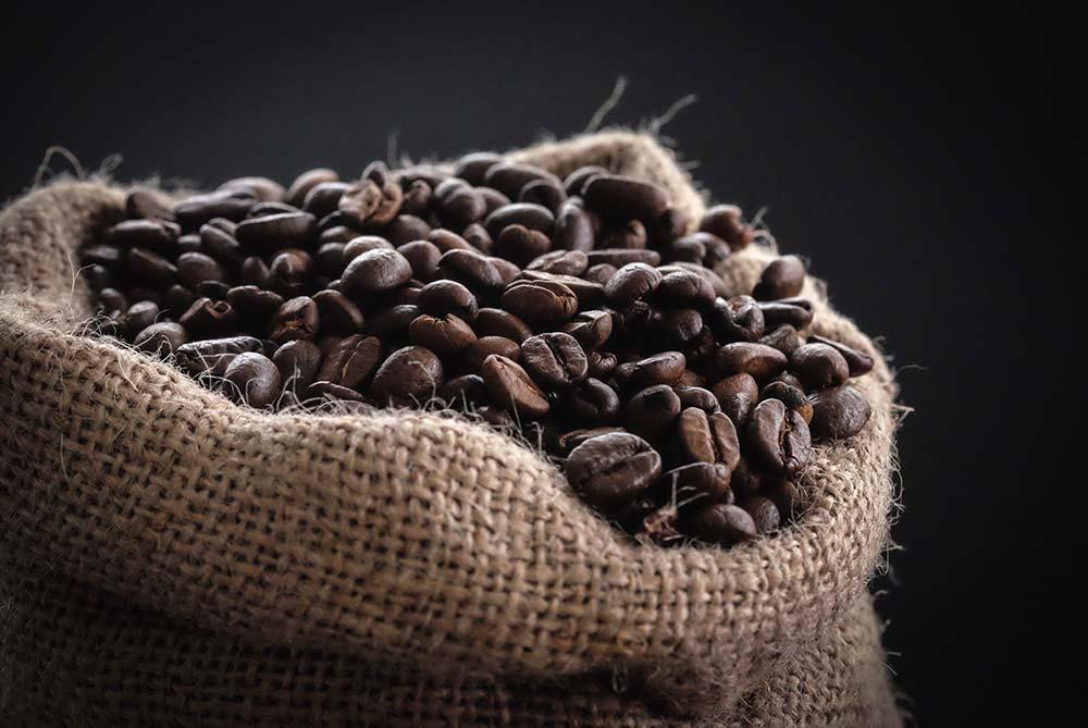 Raue Baumwolltasche mit Kaffeebohnen