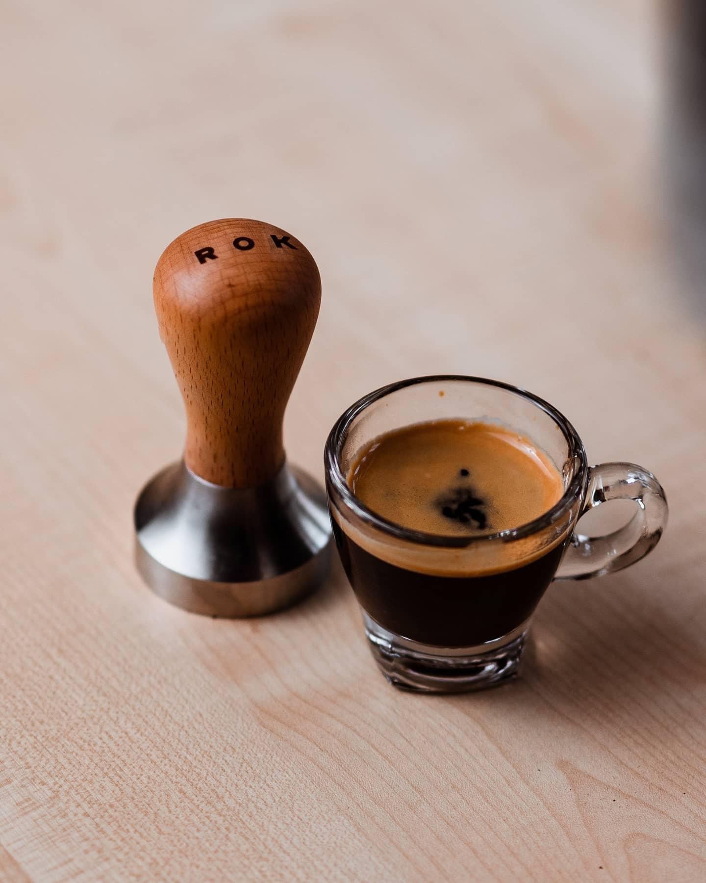 A great espresso shot starts with a great tamp!   #nakedportafilter #thirdwavecoffee #coffeephotography #coffeeshots #instacoffee #goodcoffee #kahve #manualbrewonly #perfectdailygrind #masfotokopi #manmakecoffee #alternativebrewing #coffeelover #baristadaily #coffeeaddict #homebarista #morningbrew #coffeemania #coffeevibes #roasterdaily #thingsaboutcoffee #Кофе #kawa #rokcoffee #coffeeteller