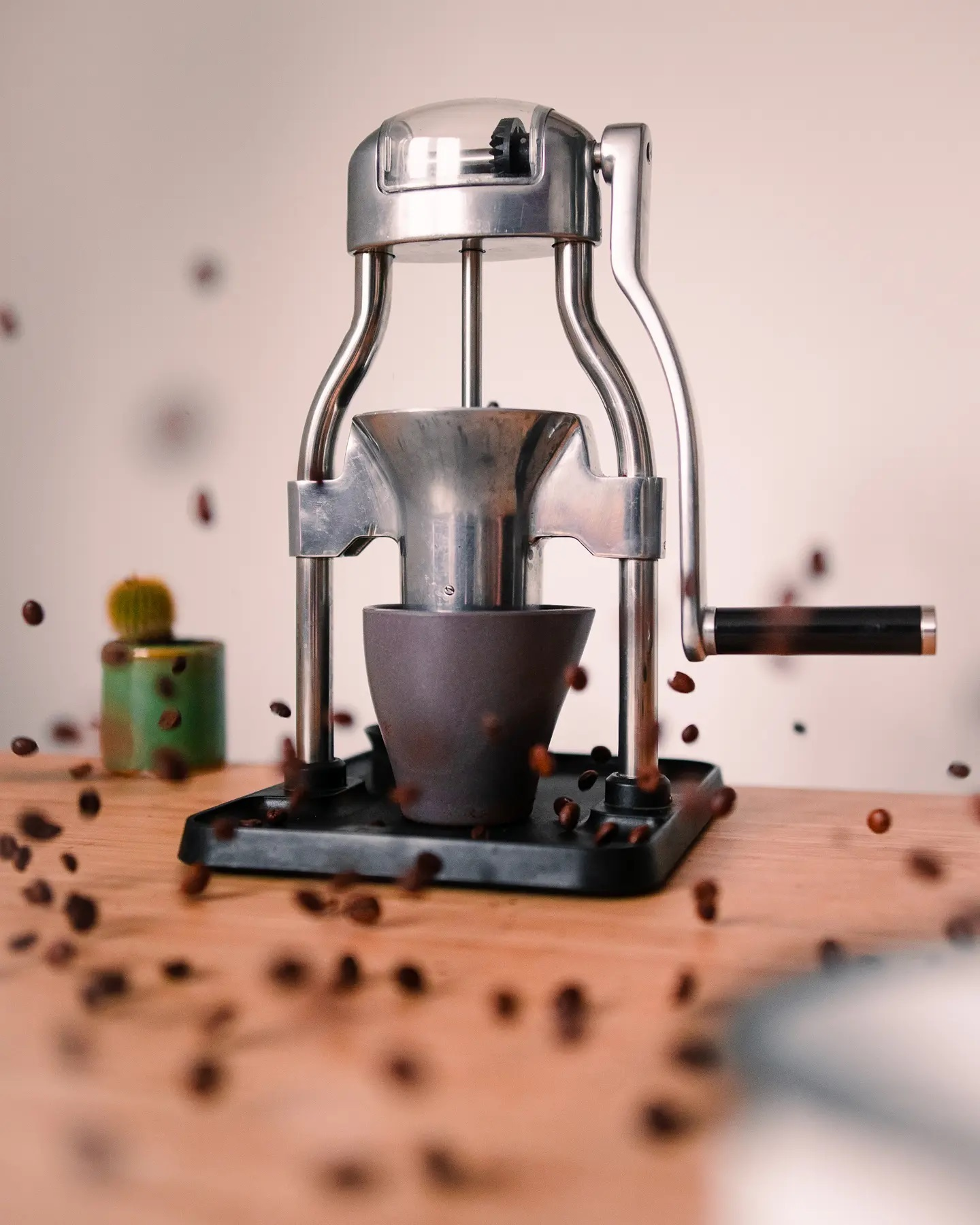 A fresh grind can release an 💥explosion💥 of flavours from your coffee.   Whether you are trying to get the subtle notes from your pour over, or increase the richness of your espresso; the ROK Grinder is here to help!