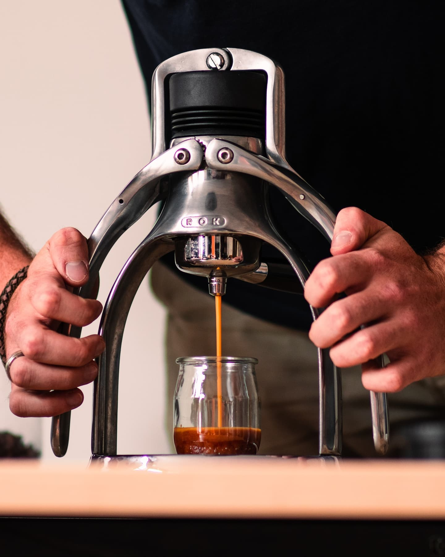 Wer hat schon einmal versucht, seinen Espresso mit Sprudelwasser zuzubereiten? Wir haben selbst einige Tests durchgeführt!  Es gibt eine erstaunliche Reaktion zwischen dem zusätzlichen CO2 und den Kaffeebohnen, was zu einer erstaunlich dicken Crema führt. Sie kommt aus der Rok und sieht aus wie ein frisch aufgegossenes Guiness! Probieren Sie es selbst aus und lassen Sie uns wissen, was Sie denken!  Mehr dazu diese Woche 😉