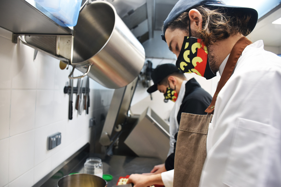 THÉO, DENIS ET MORGANE, MAX : En coulisses - côté kitchen - 3 jeunes et joyeux lurons passionnés et fins gourmets s'activent pour vous concocter leurs meilleures spécialités.