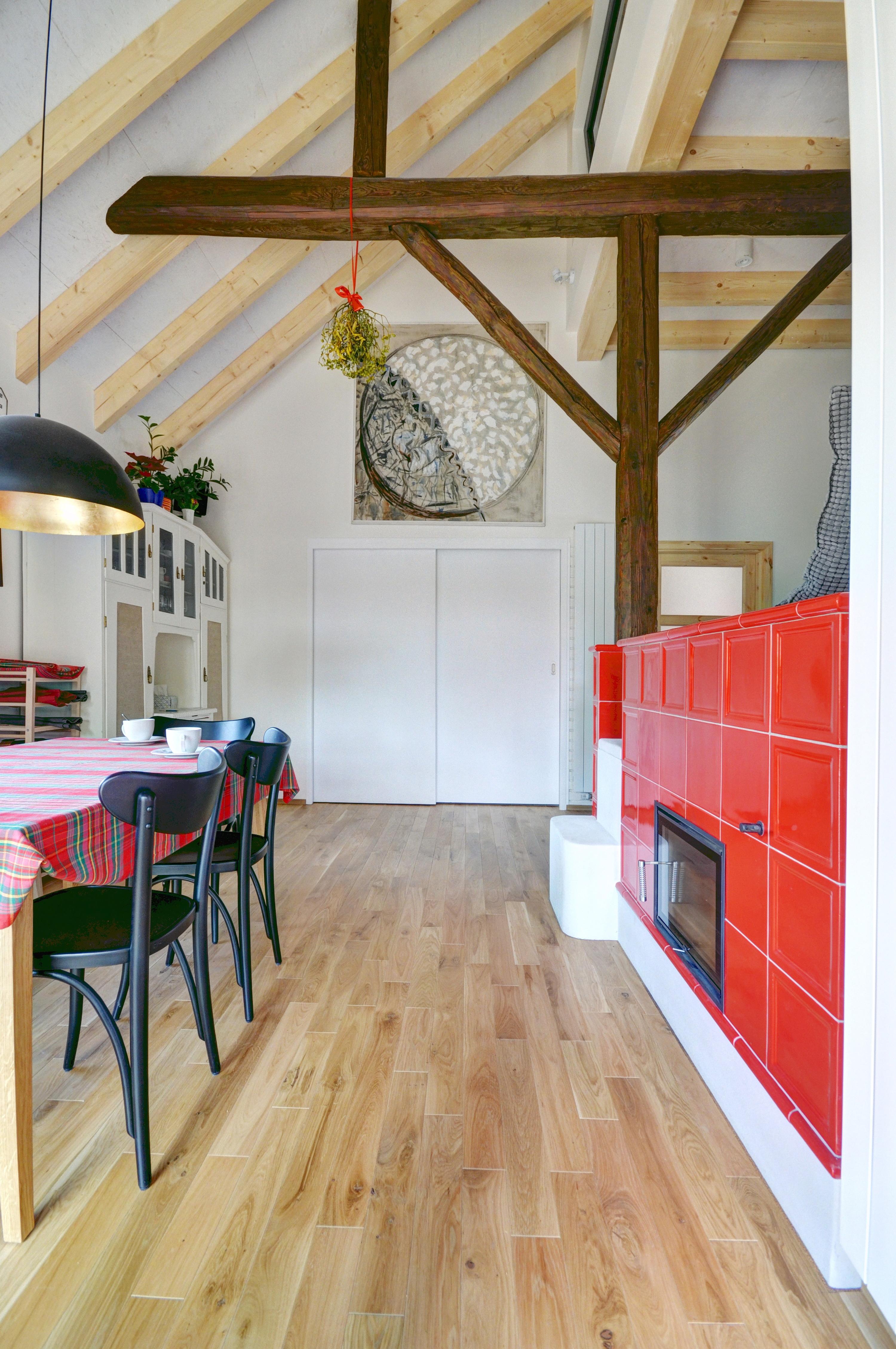 Kolovraty, Chytrý dům, dřevostavba, vestavba, salon dřevostaveb, interiér, jídelna, pec