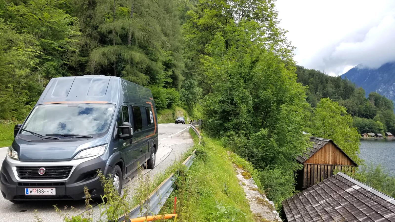 Weinsberg Wohnmobil an einem Fluss